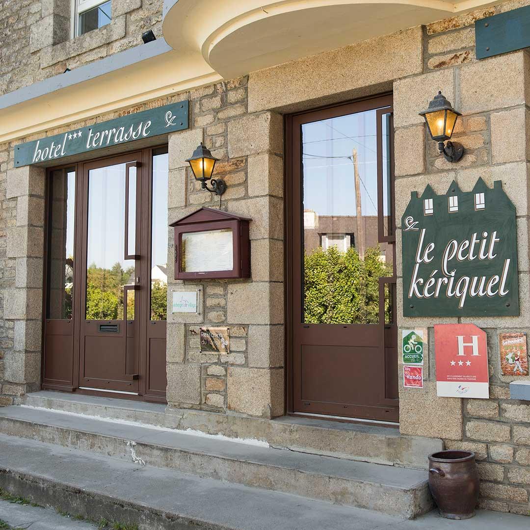 01-le-petit-keriquel-lettres-peintes-sur-facade-hotel-56-02
