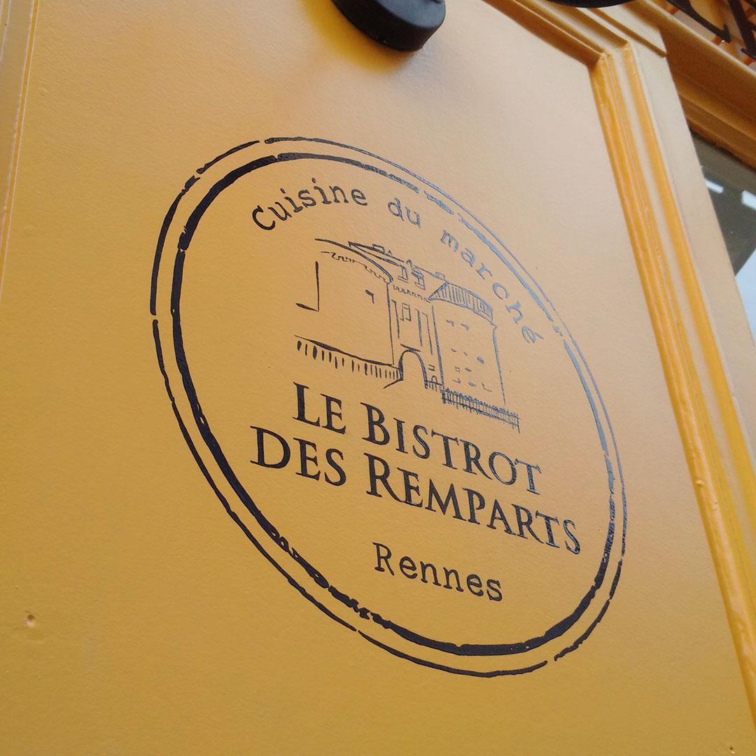 267-bistrot-des-remparts-logo-peint-sur-facade-peintre-en-lettres