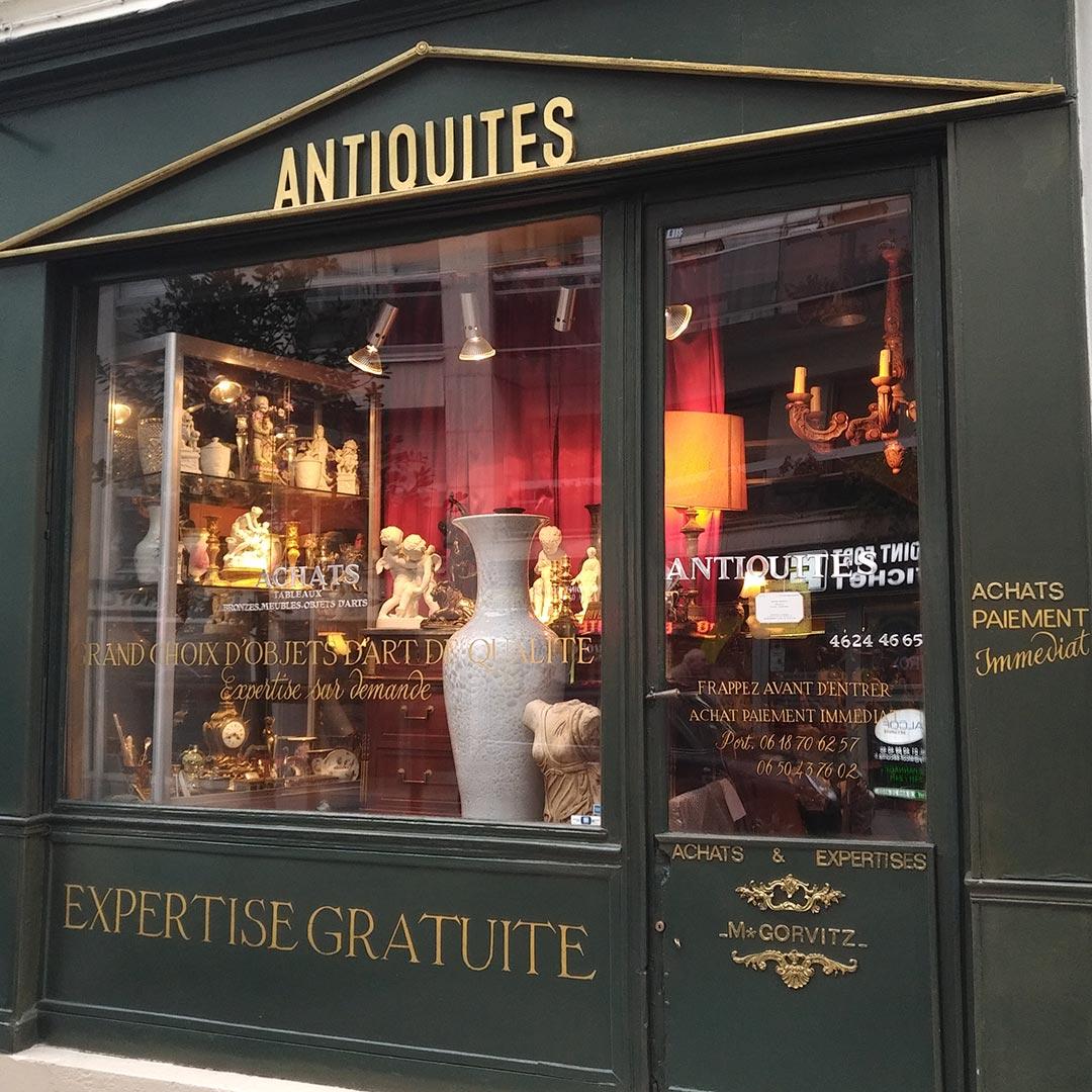 38-decoration-lettres-peintes-verre-eglomise-vitrine-antiquaire-paris