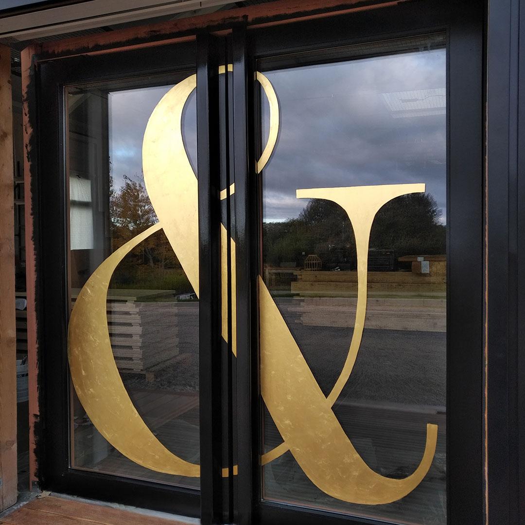 29-maison-alfred-et-louisa-decoration-lettres-peintes-feuille-or-doree-sur-porte-verre